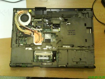 pohled na notebook bez vrchních plastu a lcd panelu