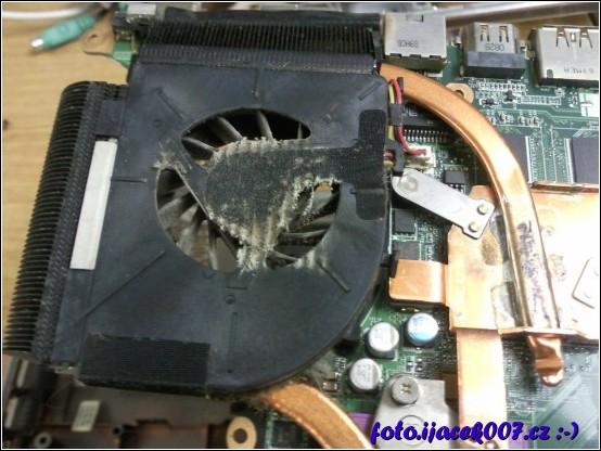 Pohled na zaprášený ventilátor notebooku