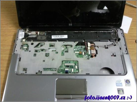 Pohled na notebook s demontovanou klávesnicí