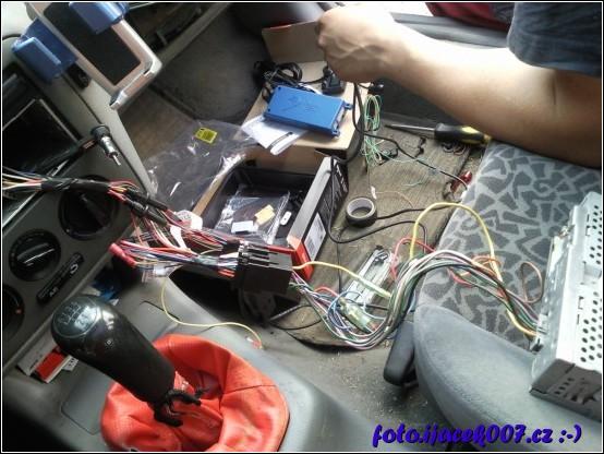 instalace řídící jednotky handsfree za přihrádku spolujezdce