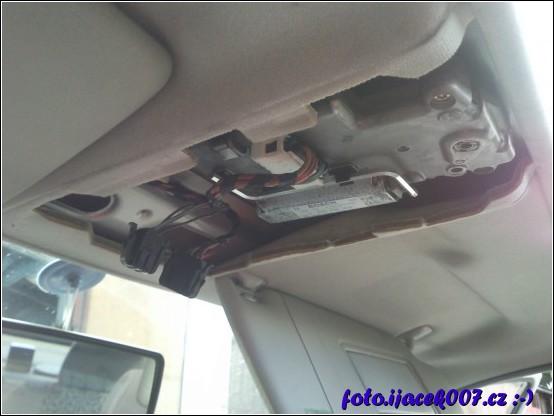 pohled pod kryt otevírání střešního okna a na místo kde bude umístěn mikrofon