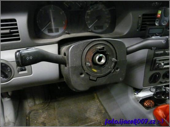 pohled do vozu s demontovaným volantem