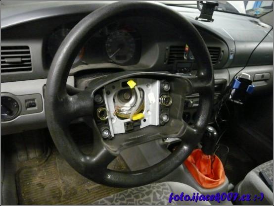 pohled na volant s demontovaným airbagem
