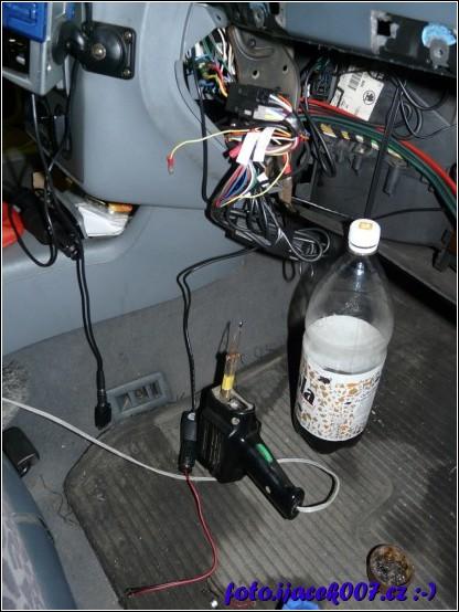 kabeláž a ukrytá nabíječka kamery pod kastlíkem