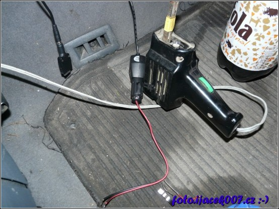 pohled na upravený napájecí adaptér s připravenou kabeláži