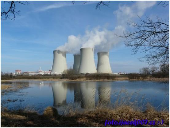 Chladící věže atomové elektrárny.