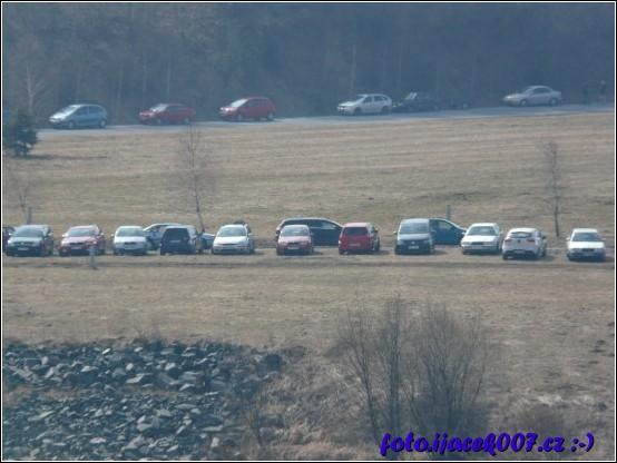 pohled n zaparkovaná auta u hráze slezská harta