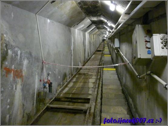Uprostřed hráze je několik servisních tunelu keré slouží k měření prosaku vody a udržbě hráze.