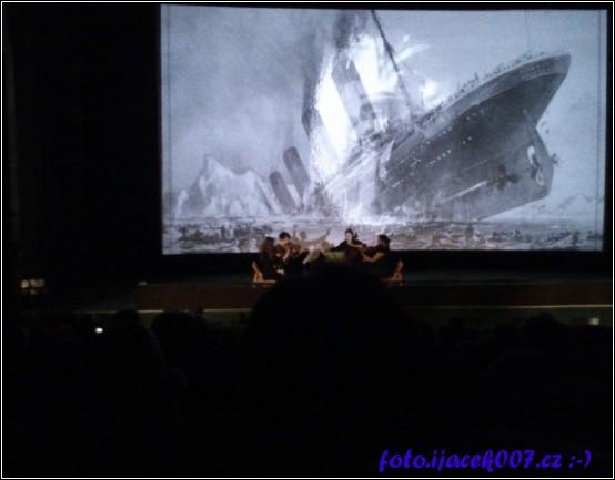 živá hudba před promítaním filmu titanic 3D u příležitosti krnovského filmového festivalu