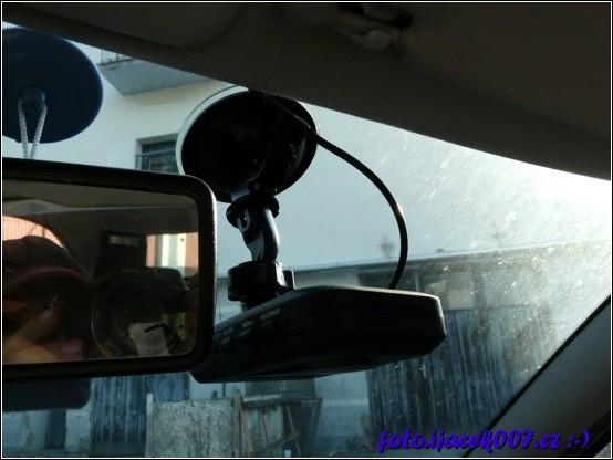 hotový držák a pohled na instalaci v autě