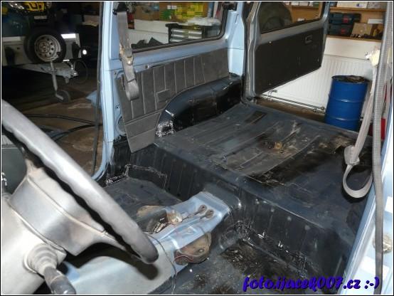 pohled do vnitřku auta s demontovaným sedačkami a sundanými koberci