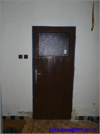pohled na staré domovní dveře