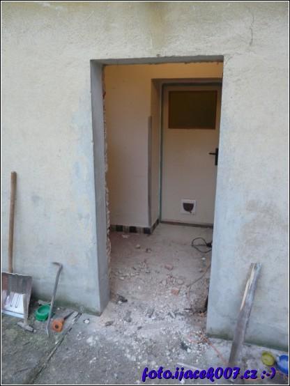 pohled na hlavní vchod bez starých dveří