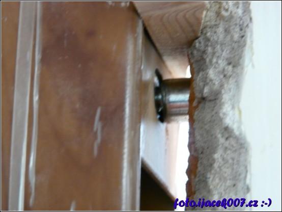 pohled na ukotvení domovních dveří