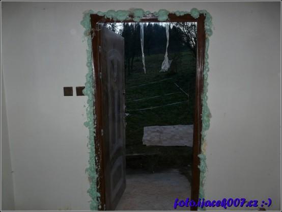 pohled na instalované dveře zafoukané izolační pěnou