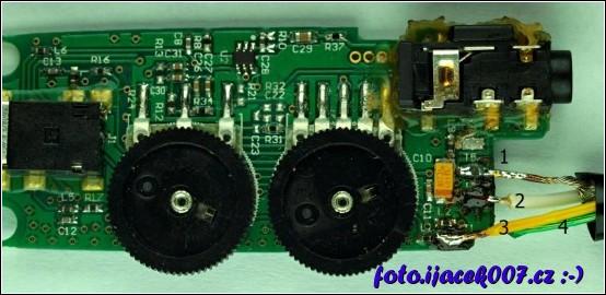 pohled na desku elektroniky ovládání sluchátek tritton