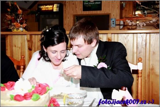 Všichni hosté mají své lžičky jen novomanželé mají jednu společnou a ještě diravou.