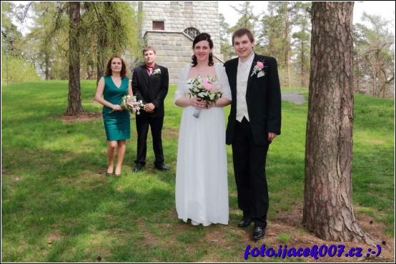 novomanželé s svědky