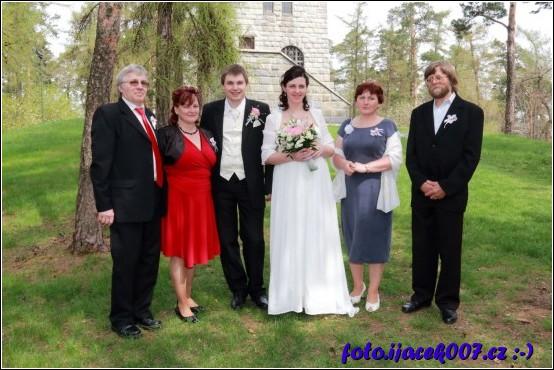 Společná fotografie novomanželu a jejich rodiču.