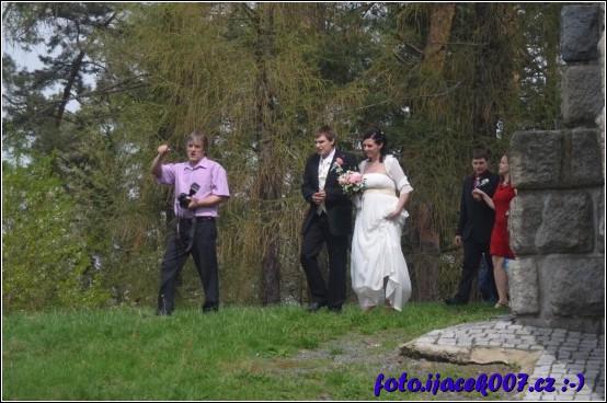 domluva nad svatebními fotkami