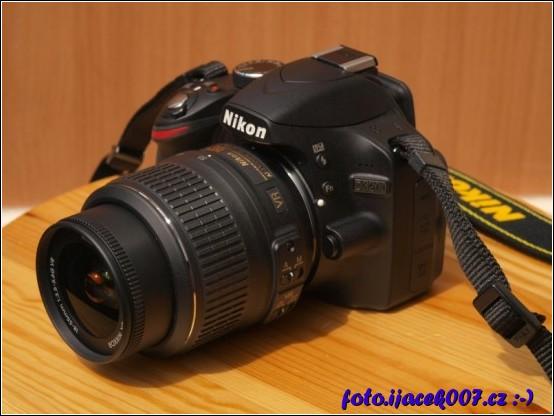 fotoaparát Nikon s základním objektivem