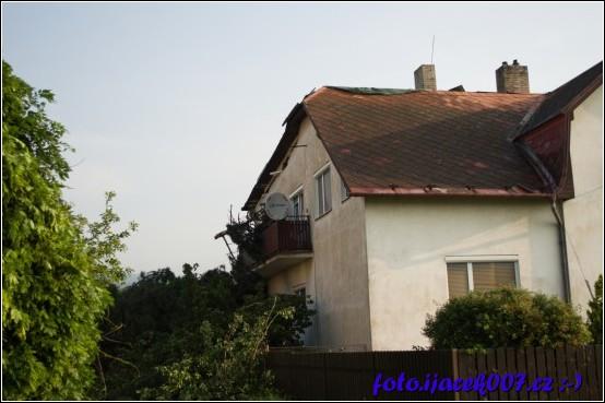 tornádo zničilo střechy několika domu.