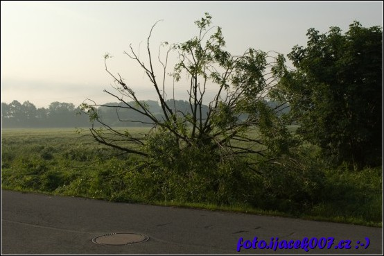 důsledek silného větru který doprovázel tornádo které se vyskytlo v Krnově