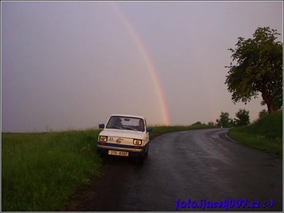 duha nad malým velkým autem