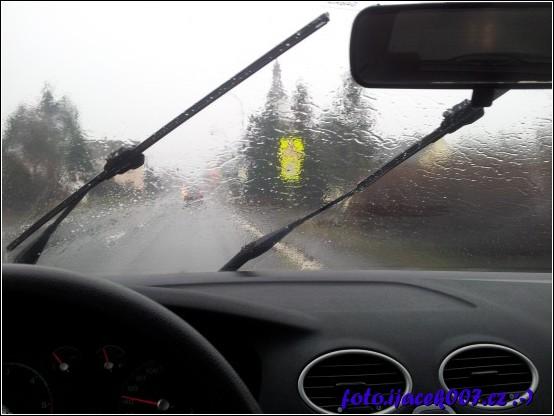 pohled na cestu za deště bez stěračů
