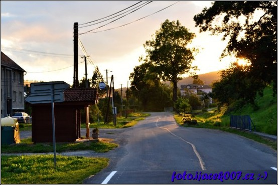 Pohled na obec Krasov autobusovou zastávku  a přilehlý potok