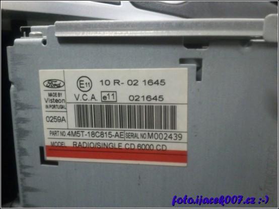 pohled na sériové číslo z boku přístroje