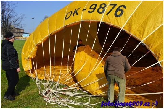 při nafukování je nutné aby vrchní část balonu a hlavně jeho šnury nebyly zamotané.