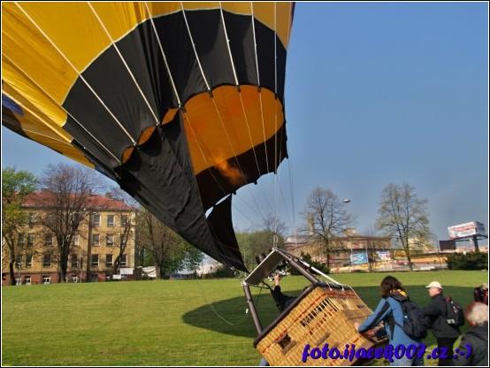 naplnění balonu je téměř kompletní je potřeba správně postavit i koš pro pasažéry