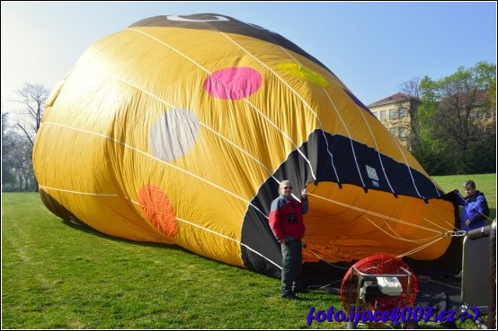 pokud je vše zkontrolováno stačí dva pomocníci aby balon přidržely zatím co se do něj bude vhánět vzduch.