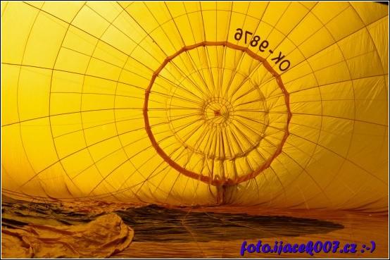 pohled do balonu který se plní vzduchem