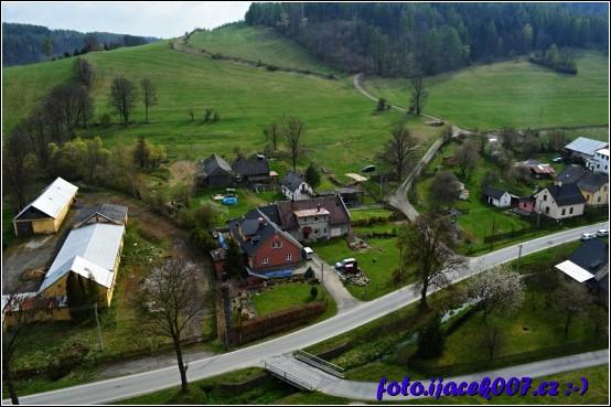 Pohled na obec Krasov z výšky nad kostelní věží je vidět hlavní cesta a vedlejší ulička.
