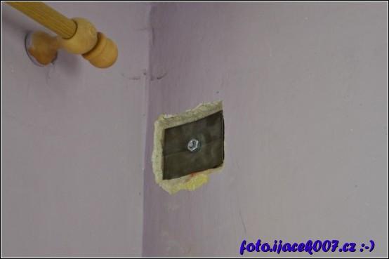 pohled na druhou stranu stěny kdy je díky plechu rozložena váha na zeď