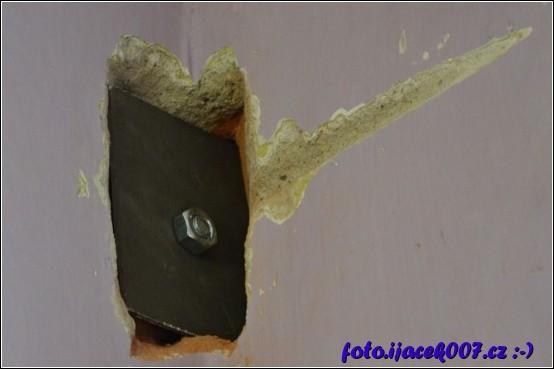 pohled na zasekanou podložku s maticí z druhé  strany zdi