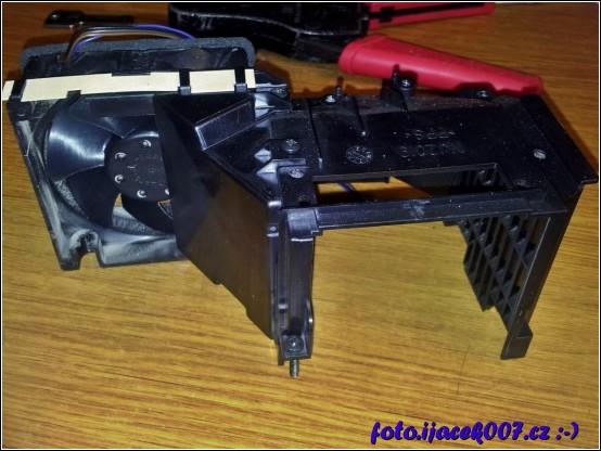 pohled na ventilátor chladící lampu projektoru