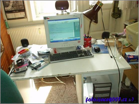 starý počítačový stul s velkou klávesnicí a nevzhledně velkou crc obrazovkou.