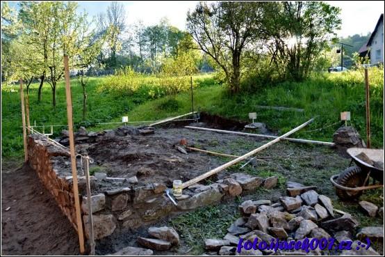 mezi vrchním a spodním koncem je více jak metr převýšení je tedy nutné postavit zídku která vyrovná nehostinný terén.
