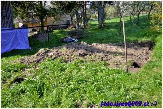 místo pro pergolu nebylo rovné bylo nutné část terénu skopat
