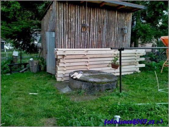 přes samotnou stavbou jsem dřevo uložil a poctivě proložil aby pěkně trámy vyschly.