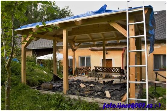 v tuto chvilis e budovala podlaha pergoly střechu jsem provizorně přikril plachtou aby desky střechy zbytečně nemokly