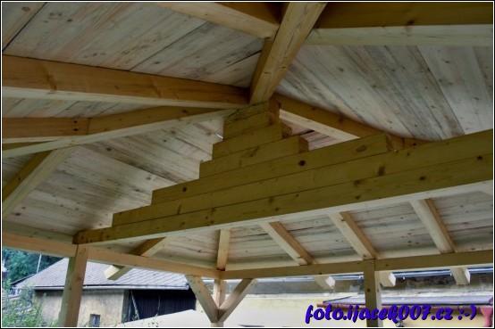 pohled na konstrukci střechy