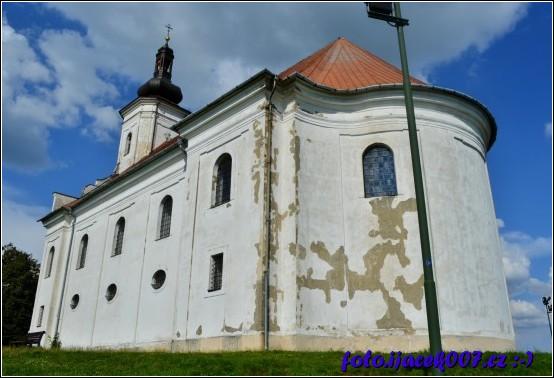 Na Uhlířském vrchu se tyčí do dálky Barokní poutní kostel panny Marie Pomocné