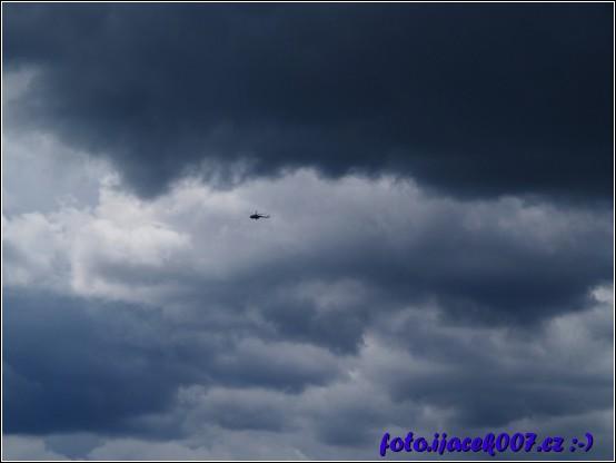 pohled na obrovský vrtulník ve velké oblačnosti