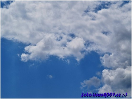 vrtulník našel místo bez mraků