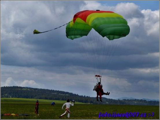 přistání tandemového pilota natáčené kameramanem