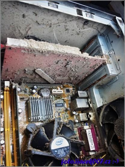 prach na základní desce chladiči CPU a grafické kartě